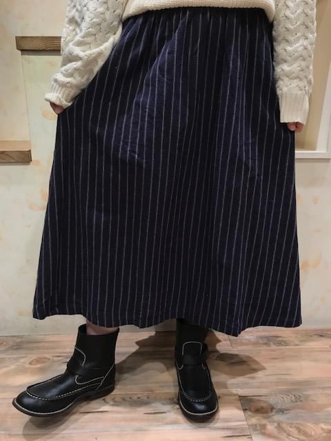 スカートUP①