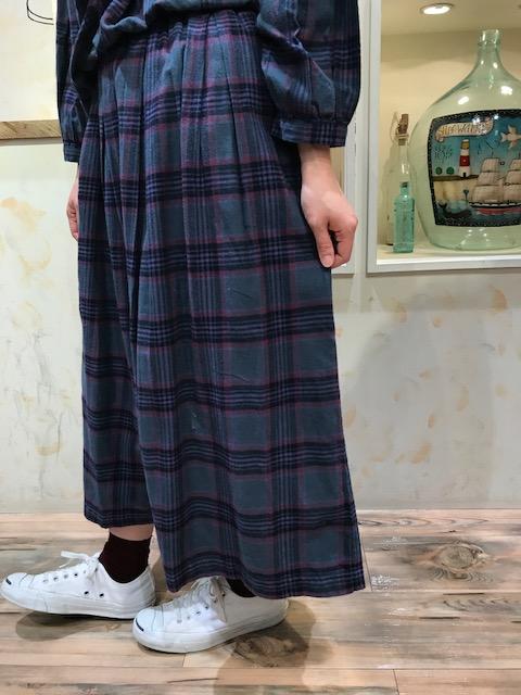 スカートUP②