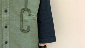 KAKELA&TRANQUIL(カケラアンドトランクイル)のリメイク風スタンドシャツ。