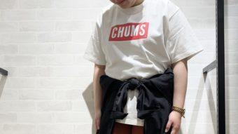 CHUMSのTシャツでスポーティコーデ。byオンライン