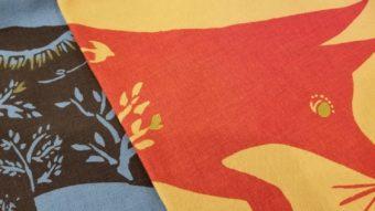 手捺染で布に染め上げる森や動物たちの物語。
